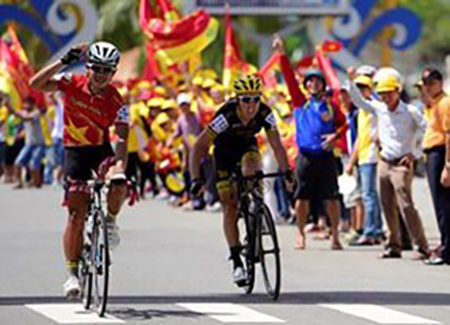 Tay đua Pháp bực tức vì bị Duy Nhân vượt mặt đoạt áo vàng - ảnh 1