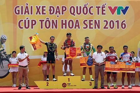 Tay đua Pháp bực tức vì bị Duy Nhân vượt mặt đoạt áo vàng - ảnh 3