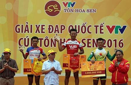 Lê Văn Duẩn thắng chặng 6, Võ Phú Trung 'xé' áo vàng - ảnh 5