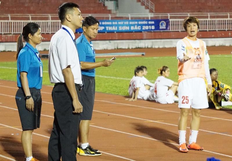 Nguyễn Thị Muôn bị phạt thẻ đỏ, Hà Nội 1 'đình công' trên sân Thống Nhất - ảnh 2
