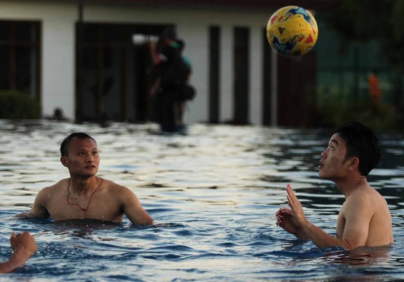 Tuyển Việt Nam chơi bóng chuyền bằng chân - ảnh 8