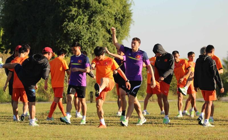 Tuyển Việt Nam chơi bóng chuyền bằng chân - ảnh 1