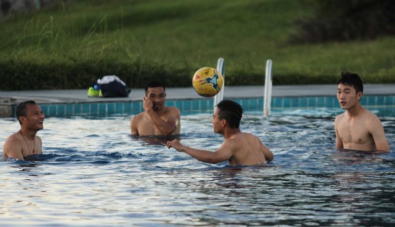 Tuyển Việt Nam chơi bóng chuyền bằng chân - ảnh 6