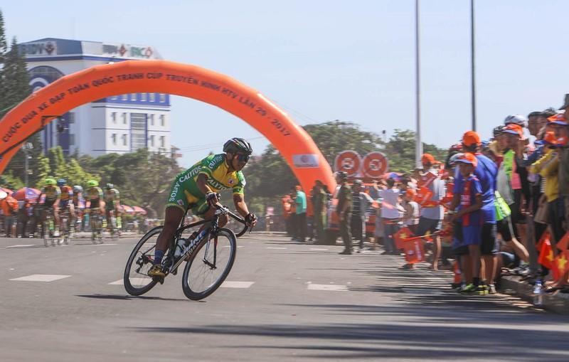 Dân phố núi Pleiku rộn ràng xem đua xe đạp  - ảnh 5