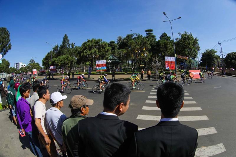 Dân phố núi Pleiku rộn ràng xem đua xe đạp  - ảnh 1
