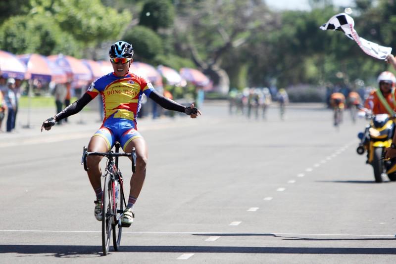 Dân phố núi Pleiku rộn ràng xem đua xe đạp  - ảnh 6