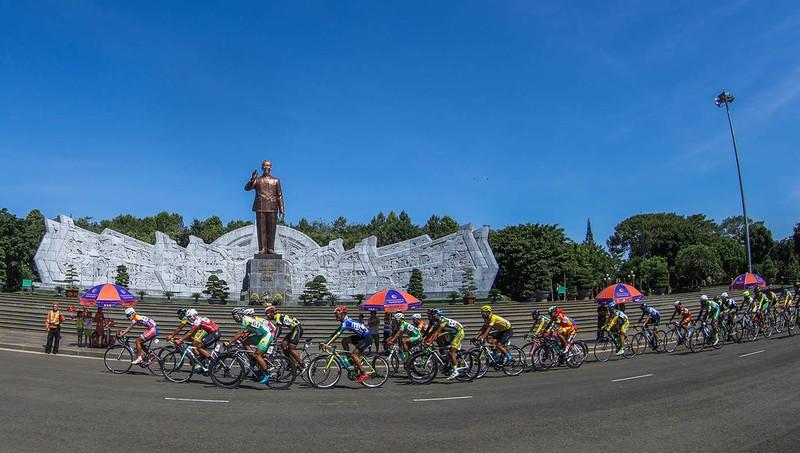 Dân phố núi Pleiku rộn ràng xem đua xe đạp  - ảnh 3