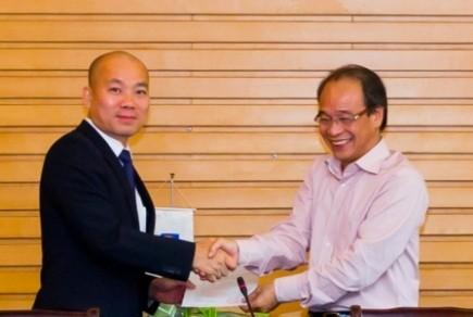 Chủ tịch Petrolimex Bùi Ngọc Bảo (phải) trao quyết định cho ông Vũ Bá Phú