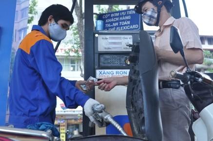 Giá xăng giảm 200 đồng/lít, giá dầu madut tăng - ảnh 1