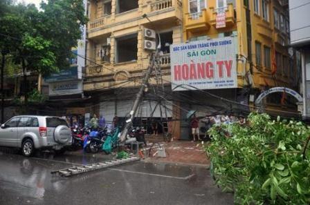 Hà Nội: Cây cổ thụ, cột điện lại gãy đổ sau bão - ảnh 5