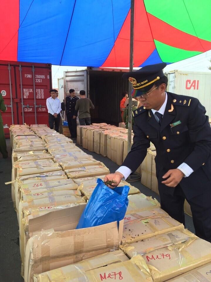 Hải quan bắt giữ một container nghi lá khát  - ảnh 1