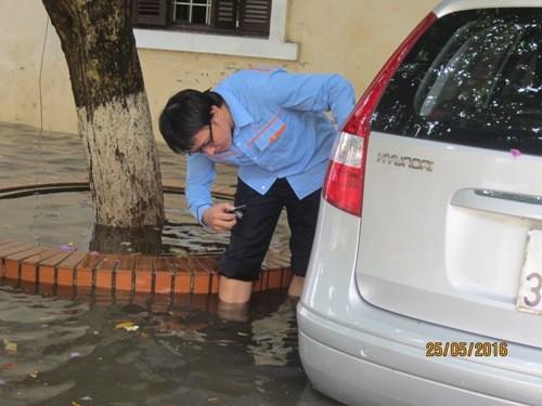 Hàng trăm ô tô bị ngập nước trong cơn mưa ở Hà Nội - ảnh 1