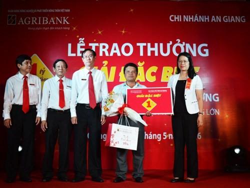 Người bán trái cây trúng thưởng 1 tỉ đồng của Agribank - ảnh 1