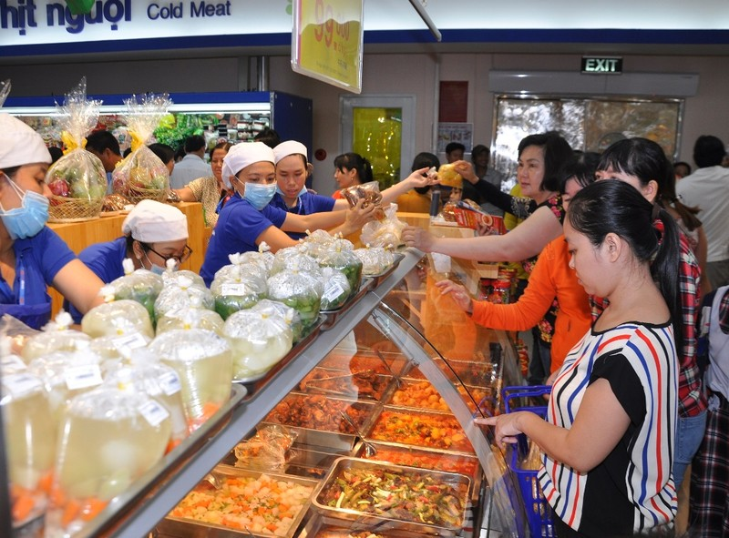 Dân Sài Gòn đi siêu thị đặt thịt kho tết - ảnh 1