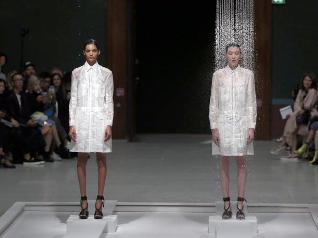 Xem trang phục người mẫu bị nước 'rửa sạch' trên sàn diễn - ảnh 1
