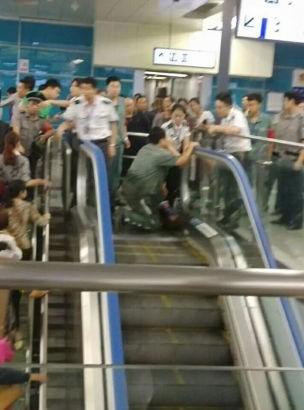 Trung Quốc: Một em bé mất mạng vì mắc kẹt trong thang cuốn - ảnh 4