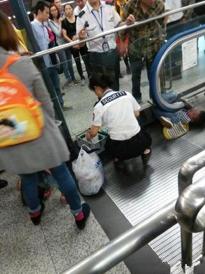 Trung Quốc: Một em bé mất mạng vì mắc kẹt trong thang cuốn - ảnh 2