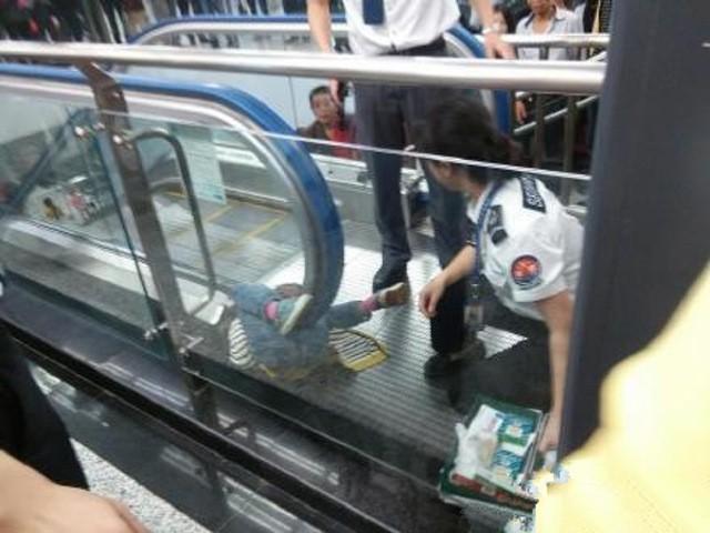 Trung Quốc: Một em bé mất mạng vì mắc kẹt trong thang cuốn - ảnh 1