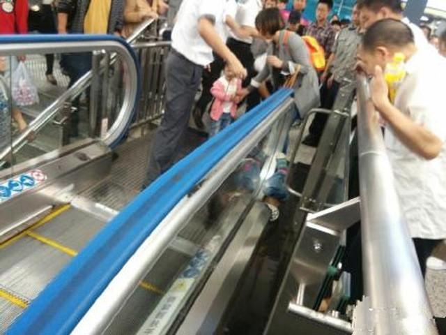 Trung Quốc: Một em bé mất mạng vì mắc kẹt trong thang cuốn - ảnh 5