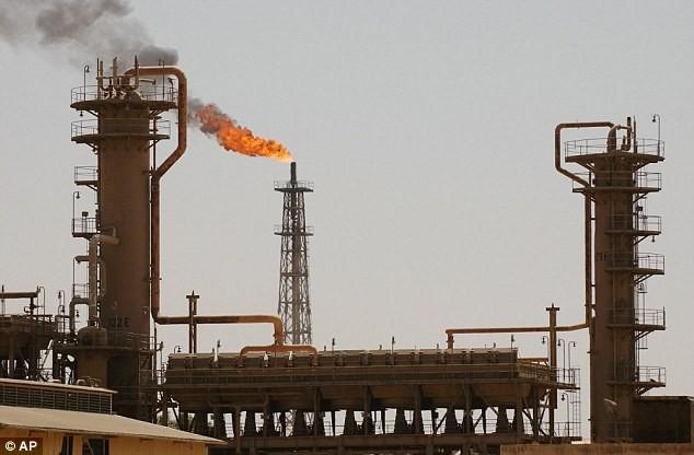 IS kiếm hàng trăm triệu euro nhờ bán dầu cho... phe đối thủ - ảnh 1