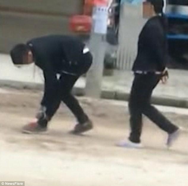 Mẹ xích chân, tay con trai 17 tuổi bắt diễu phố vì 'lười biếng' - ảnh 1