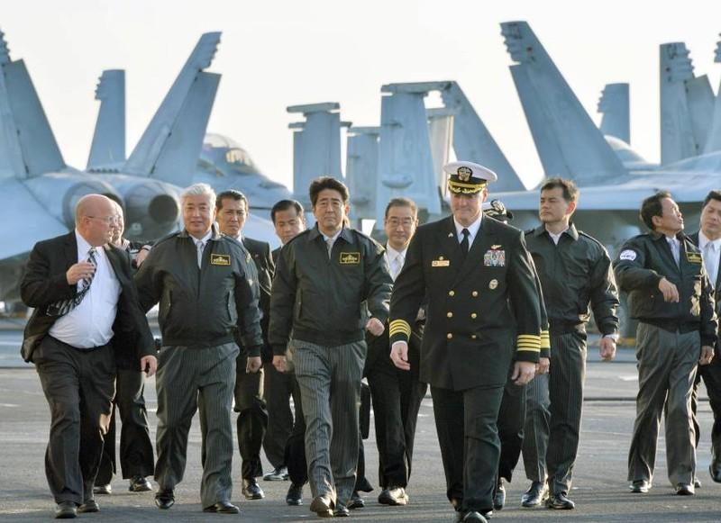 Shinzo Abe trở thành Thủ tướng Nhật đầu tiên lên tàu sân bay Mỹ - ảnh 1