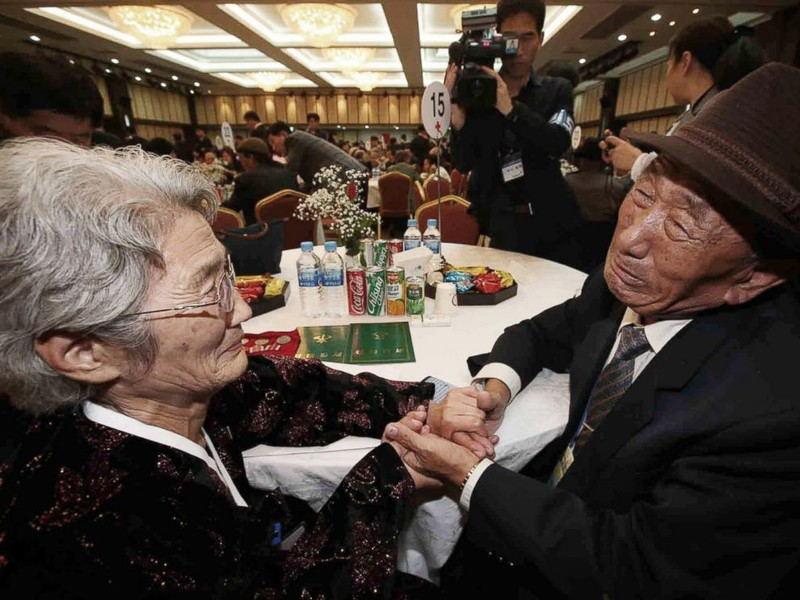 Người dân hai miền Triều Tiên đoàn tụ trong nước mắt - ảnh 1