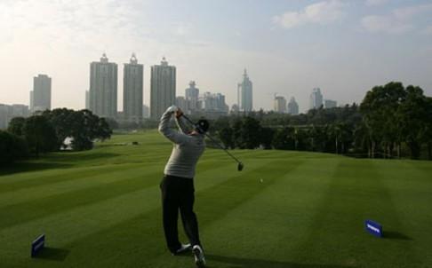 Trung Quốc: Chơi golf, tổ chức tiệc xa hoa là hành vi vi phạm  - ảnh 1
