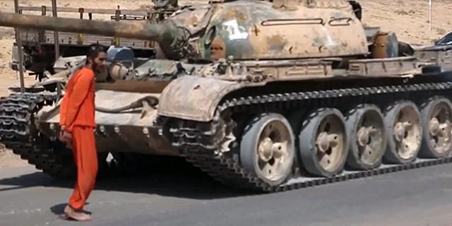 IS công bố video dùng xe tăng cán chết tù nhân - ảnh 1