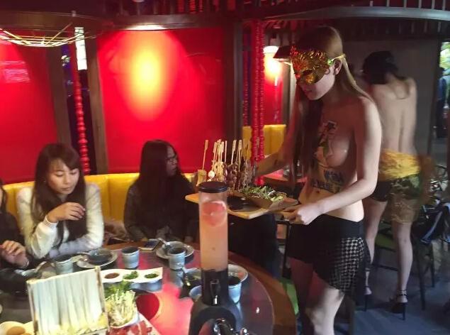 Sốc với nhà hàng tuyển nữ phục vụ để ngực trần - ảnh 2