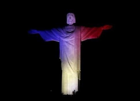 Thế giới đồng loạt hát quốc ca Pháp, chuyển sang màu cờ Pháp - ảnh 4