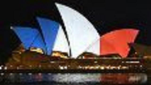 Thế giới đồng loạt hát quốc ca Pháp, chuyển sang màu cờ Pháp - ảnh 1