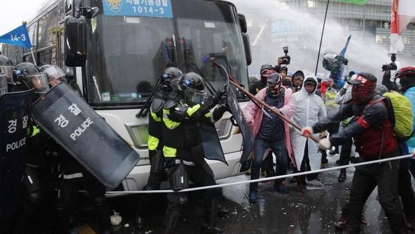 70.000 người biểu tình đòi tổng thống Hàn Quốc từ chức - ảnh 1