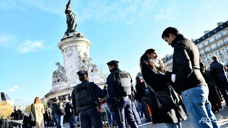 Phát hiện đai bom tự chế giấu trong thùng rác tại Paris - ảnh 1