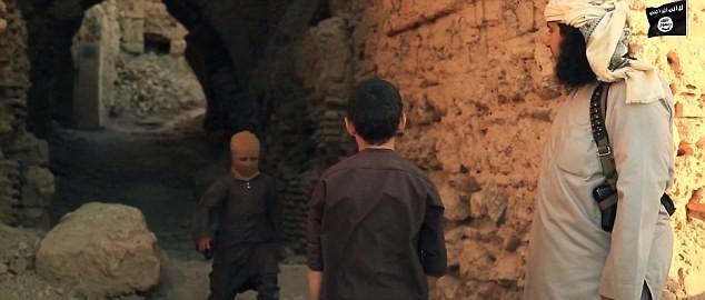Chiến binh nhí IS chơi trốn tìm trước khi hành quyết tù nhân - ảnh 2