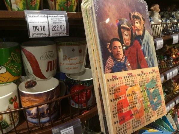 Một chuỗi siêu thị Nga bán thớt in hình Obama trong gia đình khỉ - ảnh 1