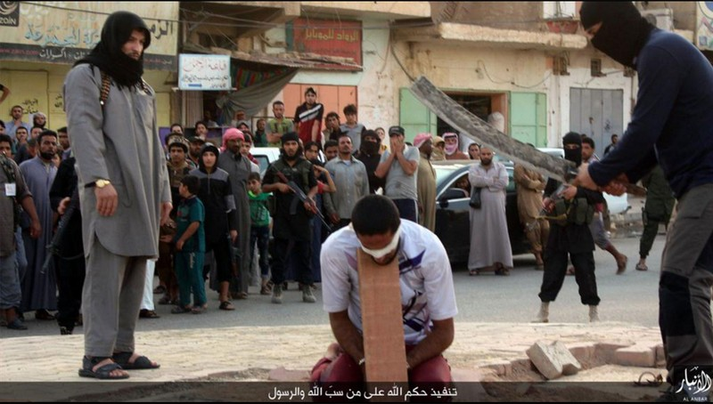 IS chặt đầu 10 phiến quân bỏ vị trí trên chiến trường - ảnh 1