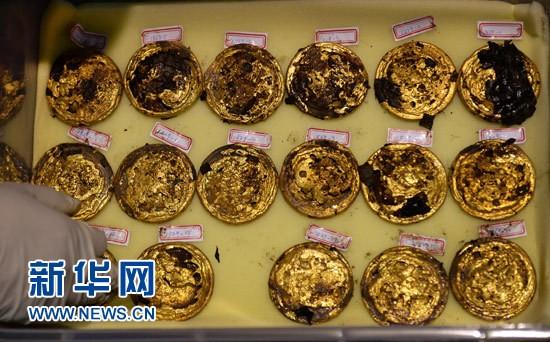 Phát hiện hàng trăm 'bánh vàng' trong mộ cổ hoàng đế bị truất ngôi - ảnh 5