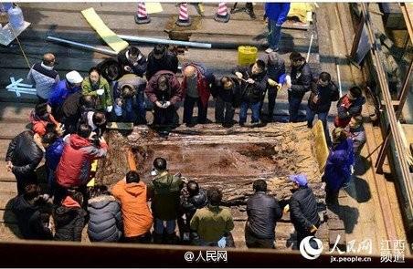 Phát hiện hàng trăm 'bánh vàng' trong mộ cổ hoàng đế bị truất ngôi - ảnh 1