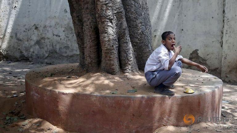 Gần 100 học sinh Ấn Độ nhập viện vì nghi ngộ độc thực phẩm - ảnh 1