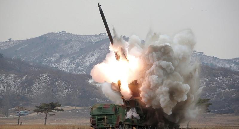 Triều Tiên bất ngờ phóng hai tên lửa tầm ngắn  - ảnh 1