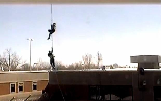 Tù nhân Canada đu dây thừng bám trực thăng tẩu thoát - ảnh 1