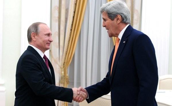 Tổng thống Putin tò mò về chiếc cặp của Ngoại trưởng Mỹ - ảnh 1