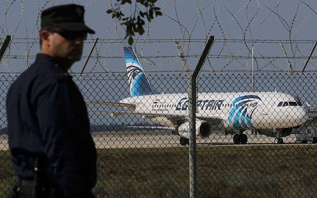 Nghi vấn có bom trên máy bay Ai Cập bị không tặc cướp - ảnh 1