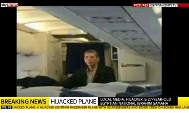 Vụ cướp máy bay Ai Cập: Tên không tặc đã bị bắt - ảnh 2
