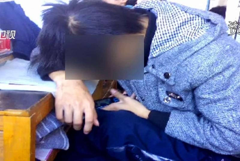 Đuổi 12 học sinh dùng điện thoại, trường trung học 'gây bão' - ảnh 1