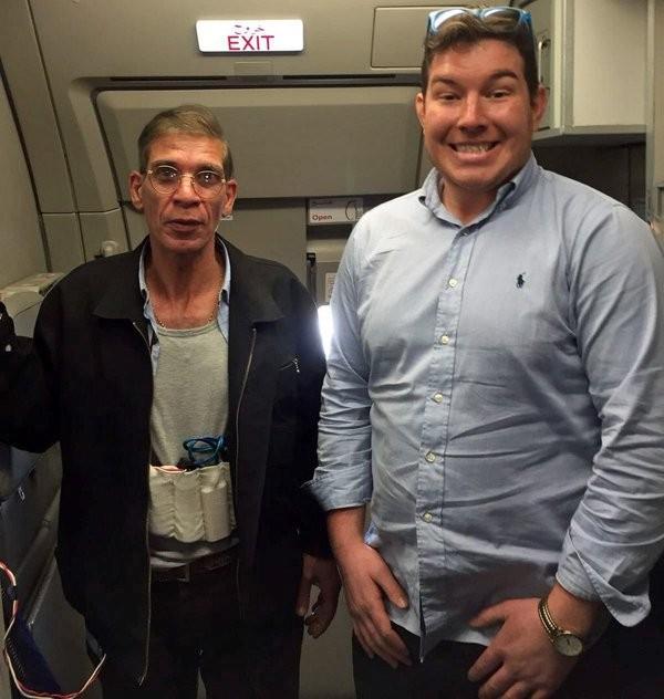 Hành khách tươi cười chụp ảnh 'tự sướng' cùng không tặc Ai Cập - ảnh 1