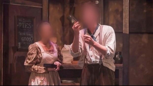 Diễn kịch giả, 2 nam sinh bị thương thật ngay trên sân khấu - ảnh 1