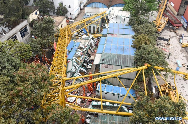 Trung Quốc: Cần cẩu đè sập khu nhà tạm, 12 người chết - ảnh 1