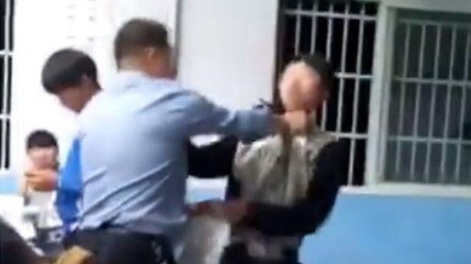 Phẫn nộ nhóm học sinh vây đánh thầy giáo ngay trong lớp học - ảnh 1